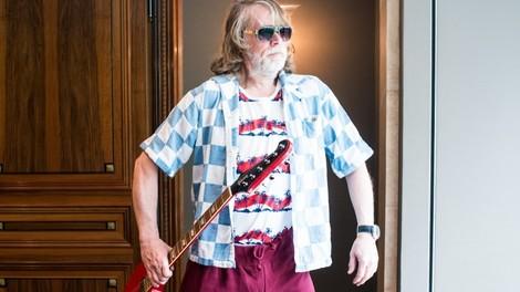 """Helge Schneider klingt """"so herrlich schneiderisch skurril""""."""
