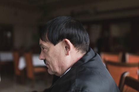 Ein Mann im Kosovo amüsiert seine Mitmenschen – indem er sich wie Hitler frisiert und kleidet