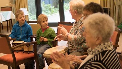 Wie Kitas und Seniorenheime zusammenkommen können