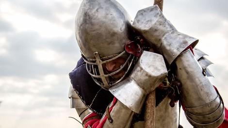 Russische Mittelalterfans kloppen sich in Ritterrüstungen - um sich frei zu fühlen