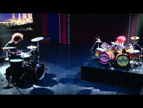 Endlich: Dave Grohl (Foo Fighters) vs. The Animal (Muppets)