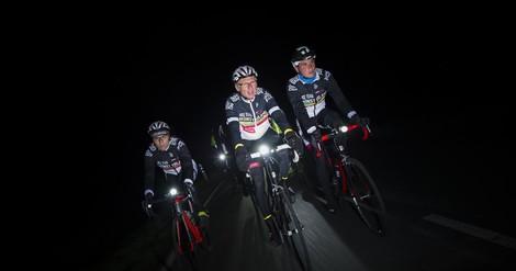 Jeden Mittwoch – bei Wind und Wetter: Rennradler*innen brausen durch die Nacht