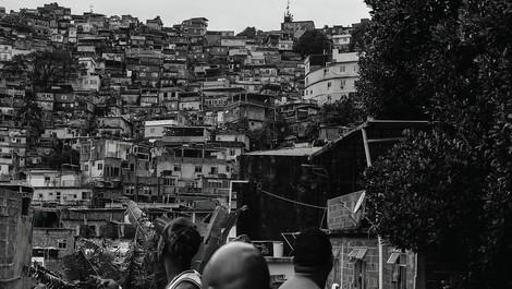 Selber Kloputzen oder Corona? – Brasiliens Reiche fürchten ihre Dienstmädchen aus den Favelas