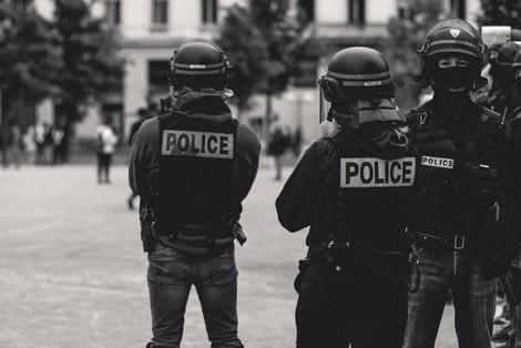 """Warum wir uns mit der Darstellung von Polizei in Serien wie """"Law & Order"""" auseinandersetzen müssen"""