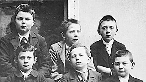 Wie Hitler von seinem Vater und der Schule geprägt wurde